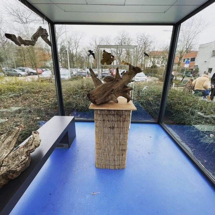 Dor hout expositie in voormalige rookcabine bij Tuin Zeist