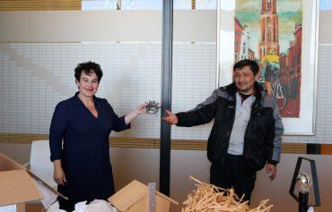 Lees meer over het artikel Burgemeester Dijksma krijgt pakket met ADSU producten